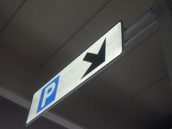 Señalización accesos parking rent a car Aeropuerto de Málaga España