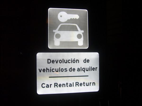 Senyalització accessos pàrquing rent a car Aeroport de Màlaga Espanya
